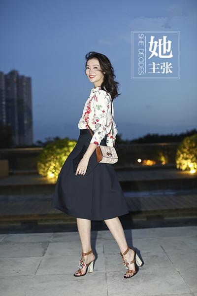 齐溪最新街拍穿搭示范 伞裙花朵衫的vintage风情