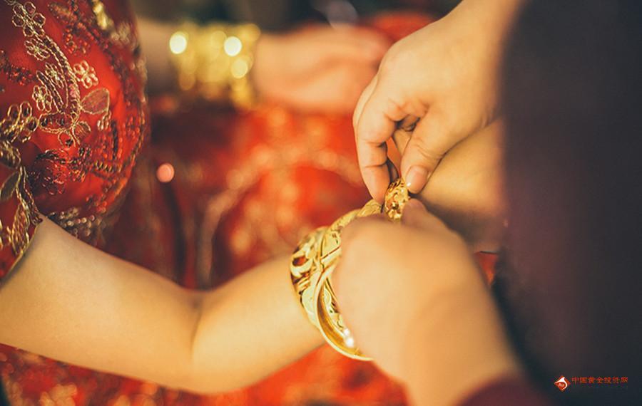 盘点婚礼上的黄金新娘 婚礼金饰映衬着幸福