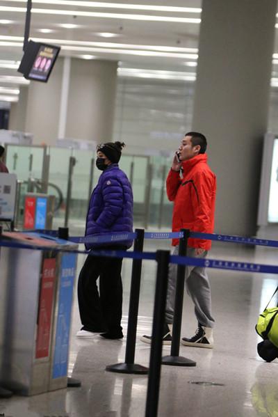 宁静与小11岁男友现身机场 包裹严实互装不认识