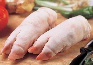吃货伤不起:小伙做梦吃猪蹄 结果将自己手啃得鲜血淋漓