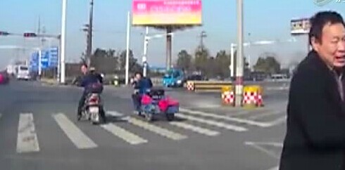 孩子从车内掉落 家人未察觉将车径直开走