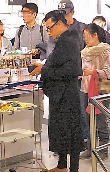 44岁小帅虎陈志朋打扮似道士 现身人群无人认得