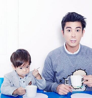 杜江带着儿子嗯哼一同登上杂志封面。两人一起看书、喝酸奶,同步搞怪的鬼脸和沾了一嘴酸奶的嗯哼大王,逗趣模样让人忍俊不禁,父子俩携手帅出颜值新高。