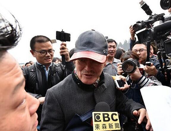全国政协十二届四次会议在人民大会堂开幕。全国政协委员赵本山现身,遭现场记者围堵。