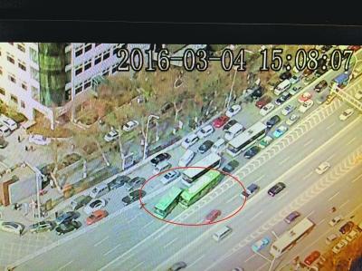 """武汉""""任性""""公交司机争道吵架 堵路20分钟遭拘留"""