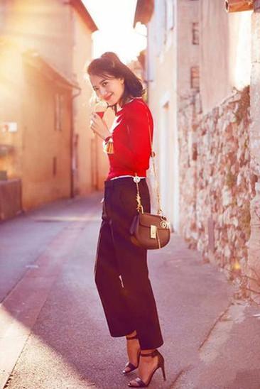 高圆圆最新街拍照曝光 短款毛衣+西装裤减龄又俏皮