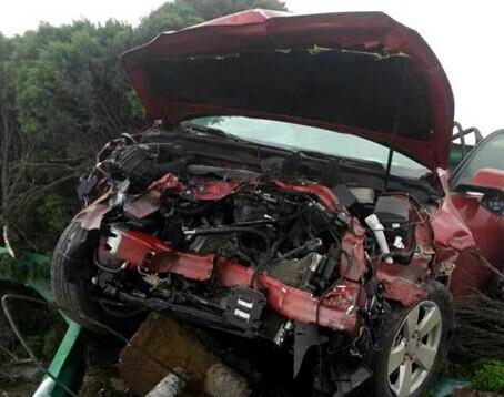 小轿车被高速护栏贯穿 现场惨不忍睹