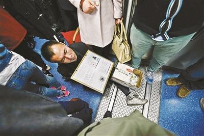 男子地铁卖艺长期垄断5号线 觉得自己是在卖艺