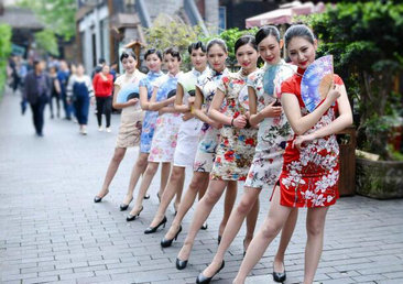 空姐穿旗袍街头玩快闪 过往民众纷纷侧目