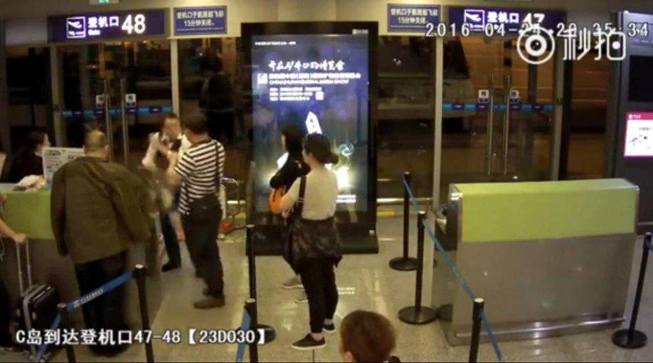 北京机场女地勤遭乘客泼饭羞辱 是否太过冲动?