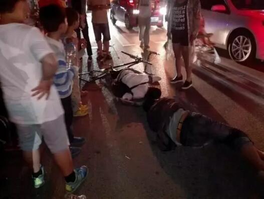 女子开车直接从俩学生身上碾过 下车后整个人都在发抖