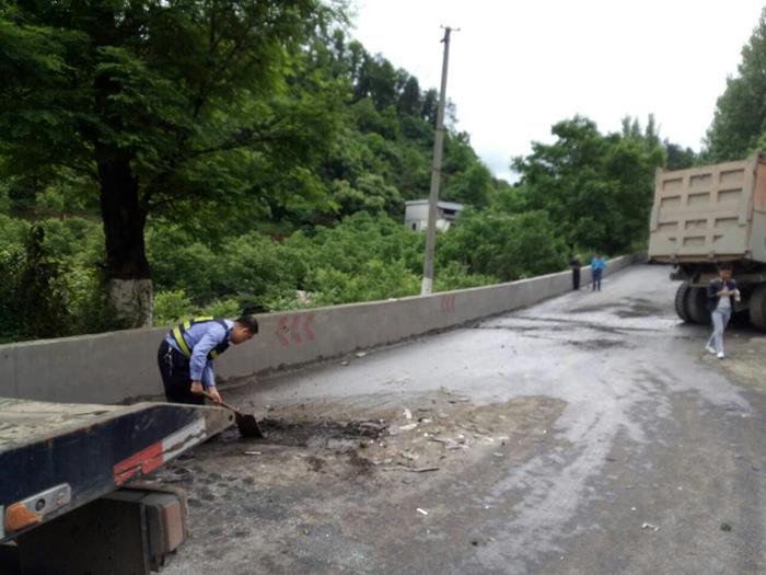 遵义县两车发生刮擦 柴油泄露无人员伤亡