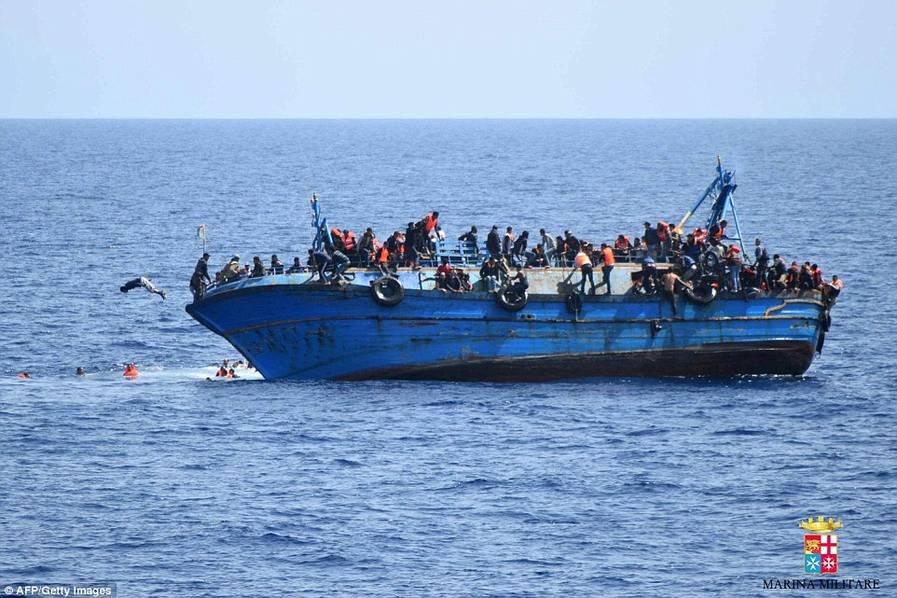 直击载数百难民偷渡船在利比亚近海倾覆瞬间