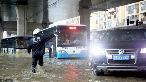暴雨怒袭武汉上班只能靠开船 暴雨淹没的车可以理赔吗
