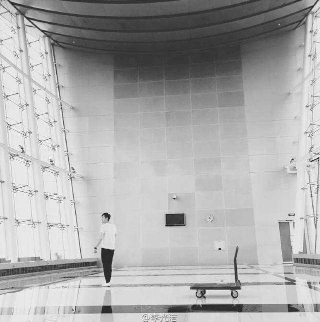 李光洁微博晒练歌照片 配文:一个孤独的舞者