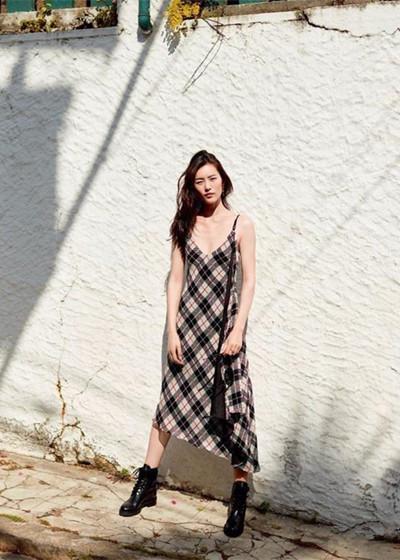 夏季穿衣搭配技巧示范 吊带长裙清凉又遮肉