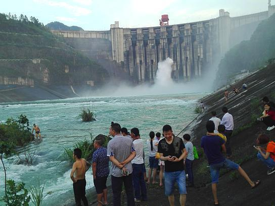 湖北一水电站大坝18年来首次泄洪 大鱼被冲掉头