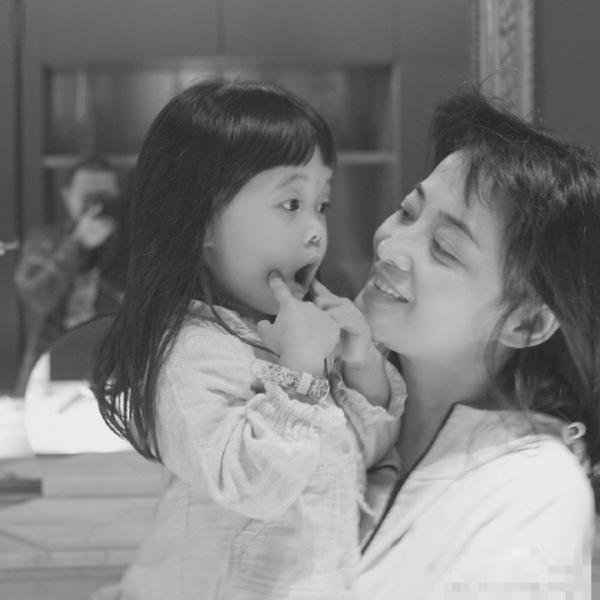 梅婷晒老公所摄家庭照 女儿快快搞怪表情可爱异常