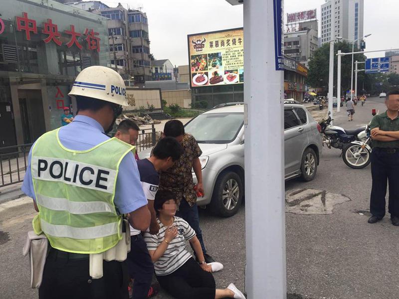 女司机违章被查突犯病 救护车到场神反转