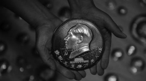 张典荣收藏了4000多枚毛主席像章 坚持每个月擦拭一次