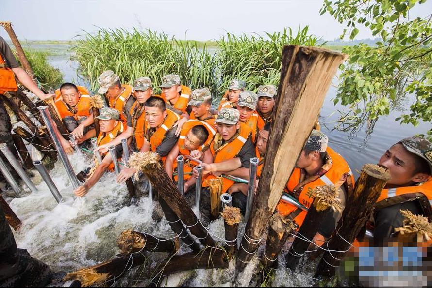 鄱阳湖内湖子坝发生决口 陆军官兵挺身驱筑堤坝