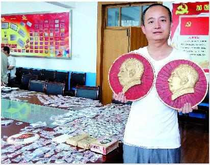 李国锋收藏伟人像章2万余枚 只收不售十七年