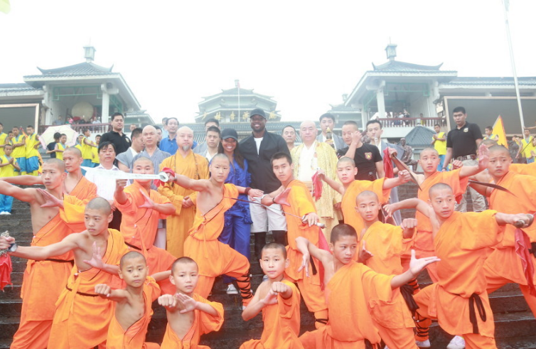 韦德造访千年名刹少林寺 亲身体验学习少林拳法