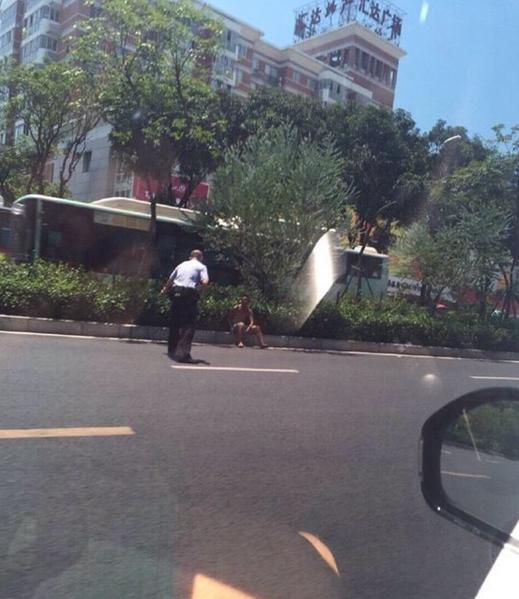 """福州一男子持刀和警方""""对峙"""" 道路暂时封闭"""
