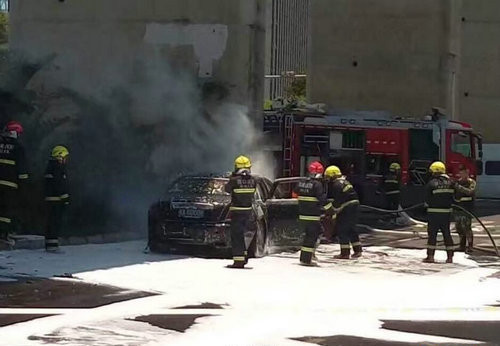 劳斯莱斯发生自燃 灭火及时无人员伤亡