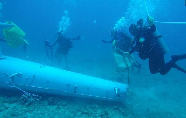 中美加潜水员联合进行水下打捞直升机残骸演练