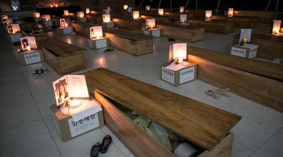 """韩国50人参加自己的""""葬礼"""" 反思人生"""