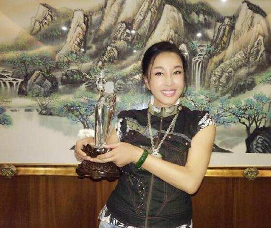 刘晓庆微博晒天然水晶佛像 而网友的注意力却都在她的脸上