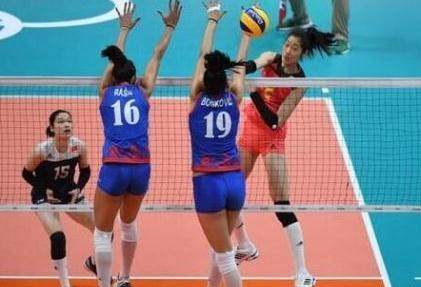 中国女排时隔8年打进1/4决赛 教练郎平泪目:打得很惊险