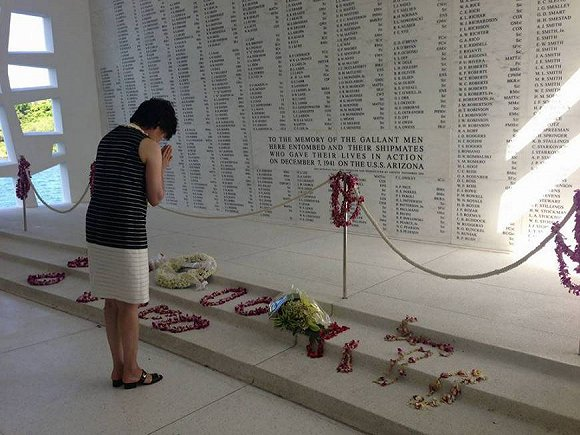 日本首相夫人访问了美国夏威夷珍珠港 献上鲜花和祈祷