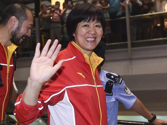 中国女排回国 球迷为女排等候数小时