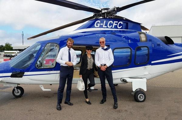 刘嘉玲驾私人直升机造型霸气 外国帅哥相伴御姐范十足