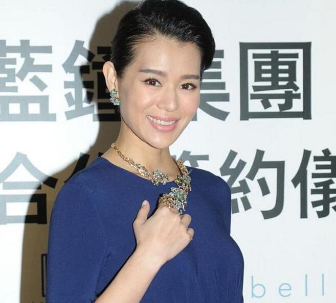 胡杏儿化身模特出席珠宝活动 直言对珠宝设计很感兴趣