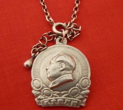 老银链毛泽东像章吊坠值钱吗?