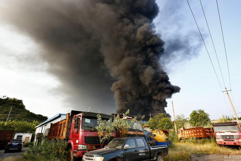 湖北宜昌工厂火灾 现场无人员伤亡财产幸好买了保险