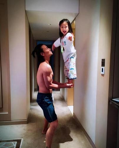 张晋双手托举女儿 让人惊呼有爱又惊险