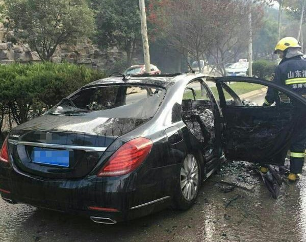 济南价值百万豪车自燃 被火付之一炬