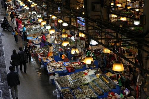 舟山市受台风影响 部分水产品价格下降