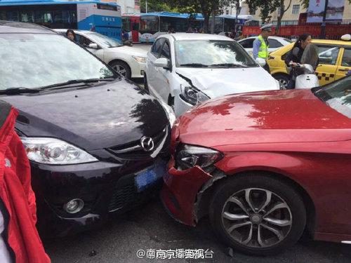 南京闹市奔驰撞人 事故伤者抢救无效死亡