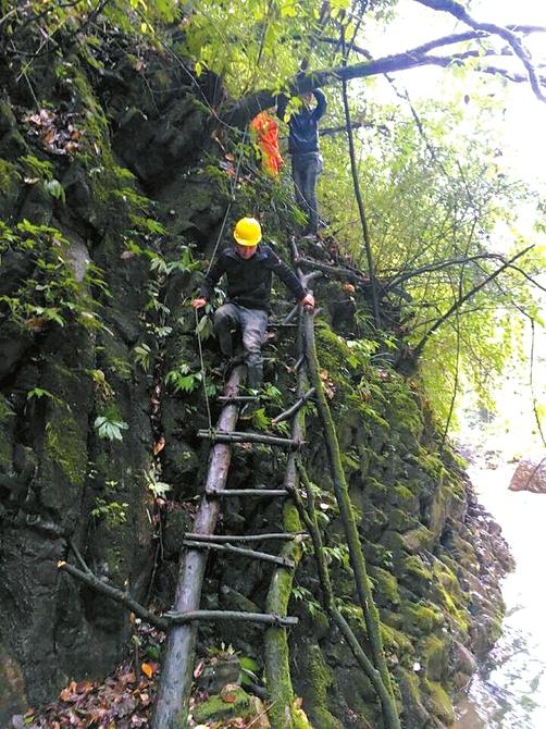 驴友不慎摔下悬崖 出动上百人次进山搜救