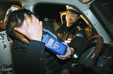 酒驾被抓大秀演技 交警火眼金睛难逃交通违章罚款