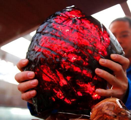 """首届琥珀文化节在京举办 重达4350克天然血珀""""惊艳""""众人"""