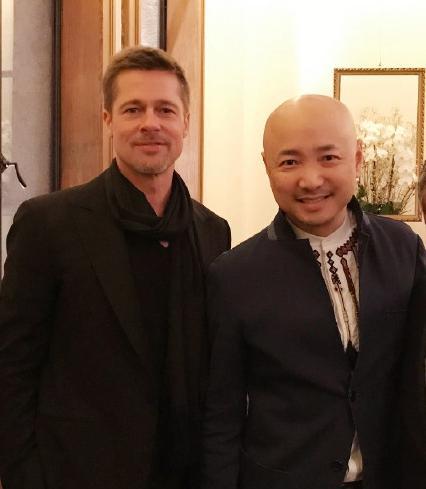 徐峥与皮特合影 配文:终于遇到一个比我帅的