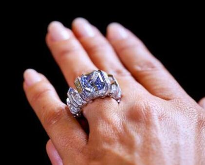 日内瓦拍卖:罕见蓝色钻石戒指成交价1710万美元