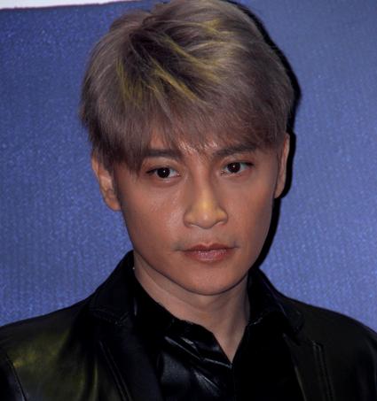 小虎队成员陈志朋现身 面容俊朗稍显僵硬