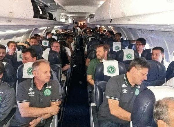 巴西足球运动员所乘私人飞机坠毁 已救出至少10人